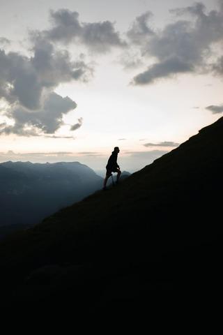 山を登る登山者のシルエット