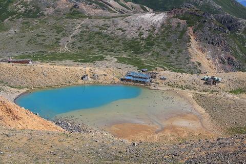 山頂から望む二ノ池と畔にある二ノ池本館
