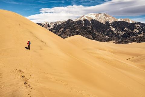 砂漠の山を登る登山者