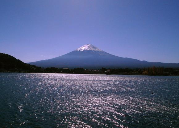 河口湖から富士山を望む。