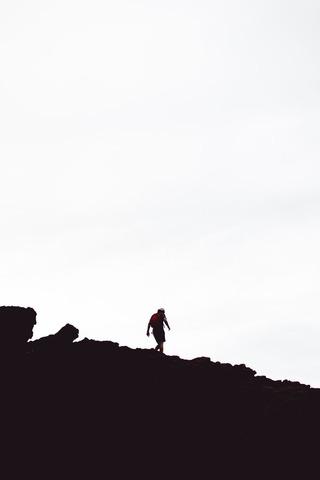 山を歩く人