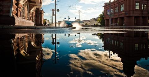 水たまりに反射する雲