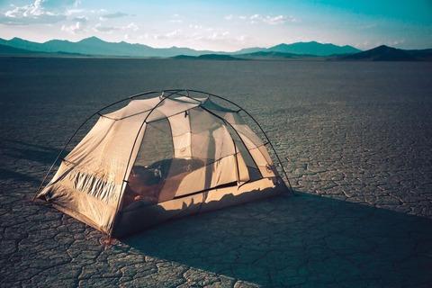広大な場所でテント