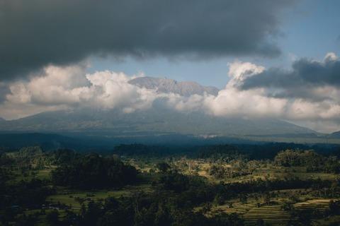 山に掛かる雲