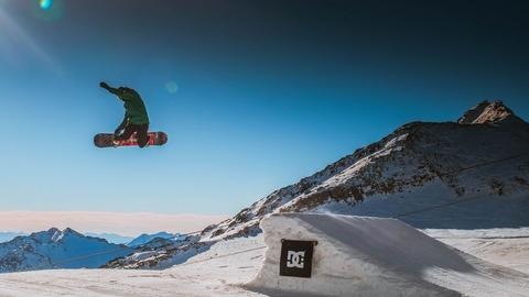スノーボードでジャンプ