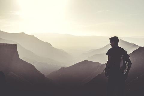 景色を見る男性