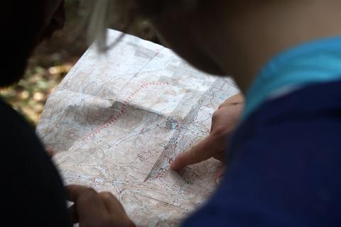 地図を見る登山者