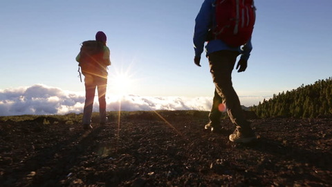 朝日の中を歩く登山者達