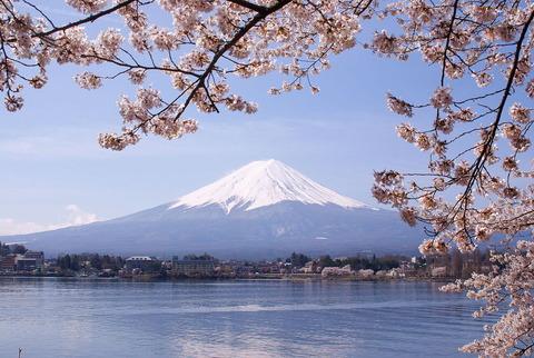春の河口湖と富士山
