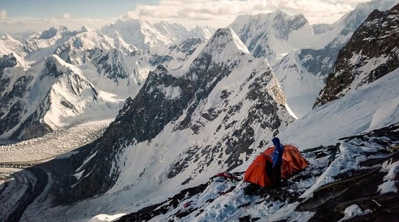 カラコルムのとがった峰々を望み、滑る姿を思い描く。