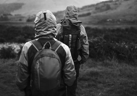 二人の登山者のシルエット
