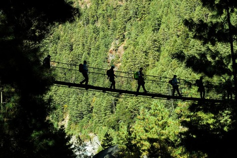 吊り橋を渡る登山者達