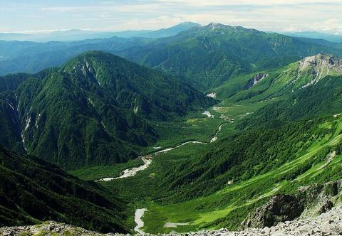 奥穂高岳山頂から見下ろす梓川上流部の上高地と大正池