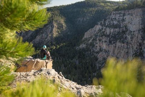 景色を眺める登山者