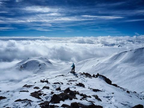 雪山を歩く登山者