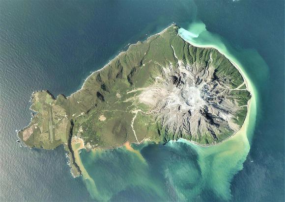 硫黄島(鹿児島県)の空中写真。