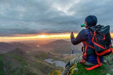 景色を望む登山者