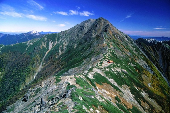 中白根山から望む北岳と北岳山荘  (1)