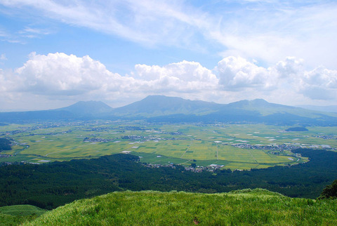 外輪山の大観峰から見たカルデラと阿蘇五岳