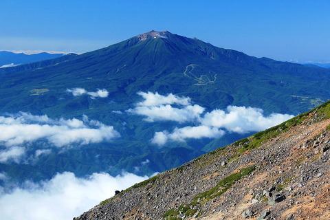 飛騨山脈南部の乗鞍岳から望む御嶽山