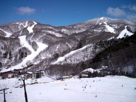 西館山スキー場(左)東館山スキー場(右)