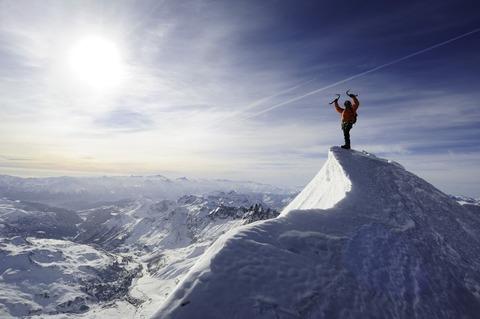 雪山山頂の登山者