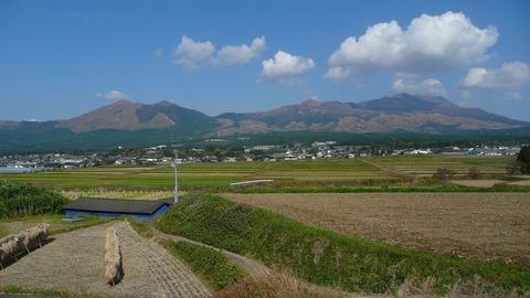 南阿蘇村から見た中央火口丘群