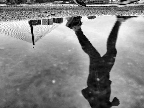 水たまりのモノクロ写真