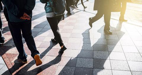 都会の歩く人々