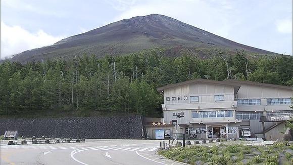 警察「命に関わる危険がある。富士山には決して登らないように」