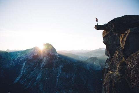 崖の上の登山者