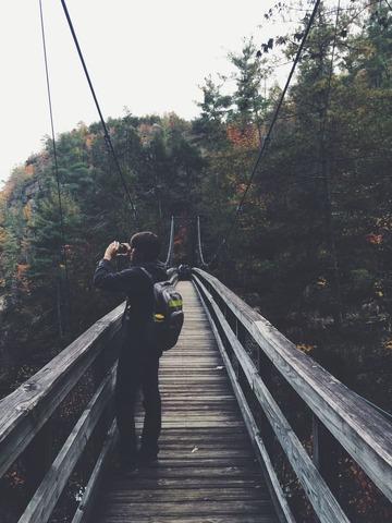 景色を撮る登山者