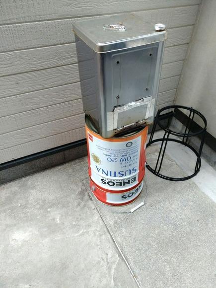 ペール缶の上に置かれた燻製機