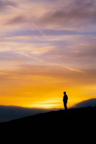 夕日を見る登山者