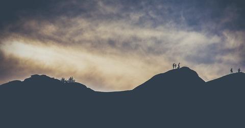 登山者達のシルエット