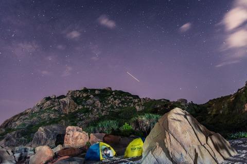 テント泊する人たちと夜空