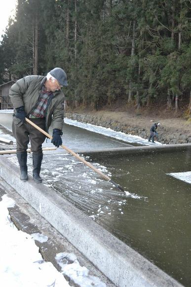 氷を削りごみを取り除く山本さん