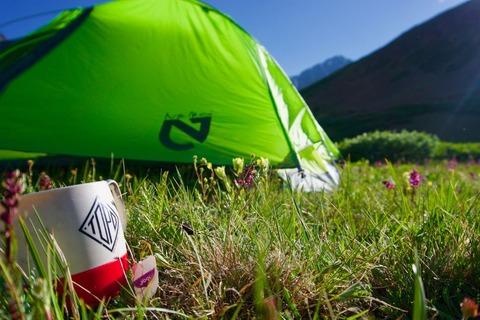 テントとマグカップ