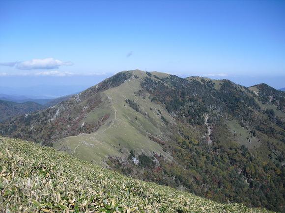 剣山を南西にある次郎笈から望む。