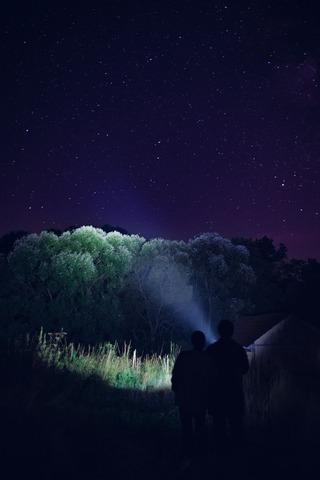 夜の山を照らす