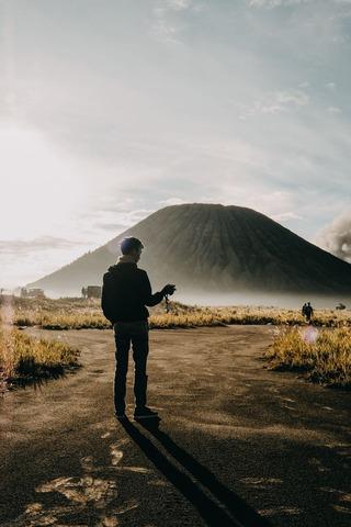 山を眺める人