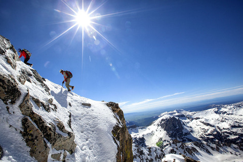 雪山登山をする登山隊