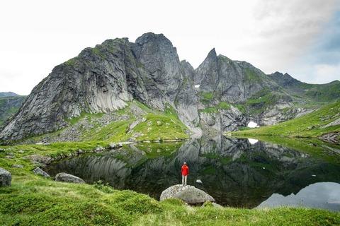 湖の前の登山者