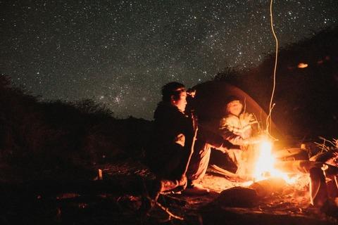 焚き火するキャンパー
