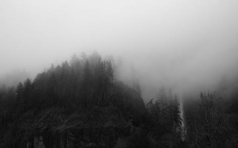 霧がかる山