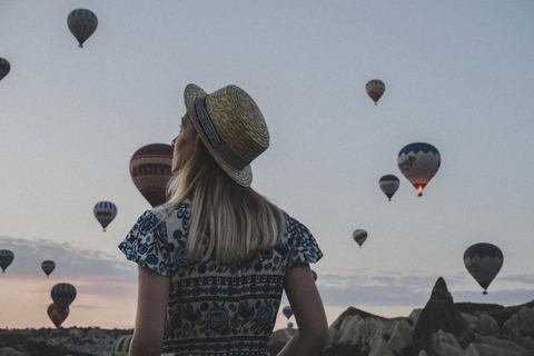 たくさんの気球を眺める女性