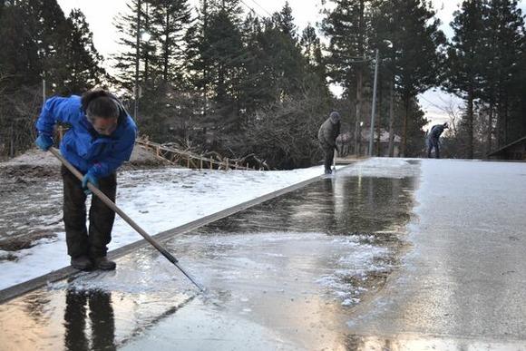 氷を削りごみを取り除くスタッフら