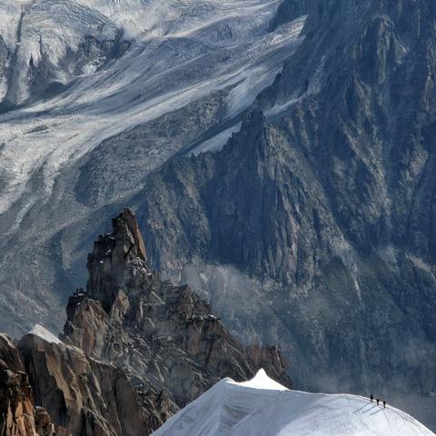 雪山の稜線を歩く登山者達
