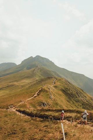 稜線上を歩く登山者達