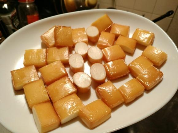 カットされた燻製チーズ